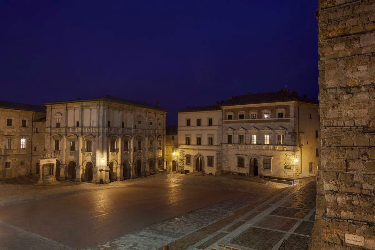 Vista Piazza Grande in notturna a Montepulciano